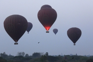 Myanmar bird's eye view: Bagan's Buddhist temples by balloon